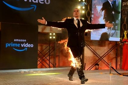 بازیگر مشهور سینما خود را آتش زد! +تصاویر
