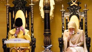 اشک ریختن سلطان جدید مالزی در مراسم تاجگذاری +عکس