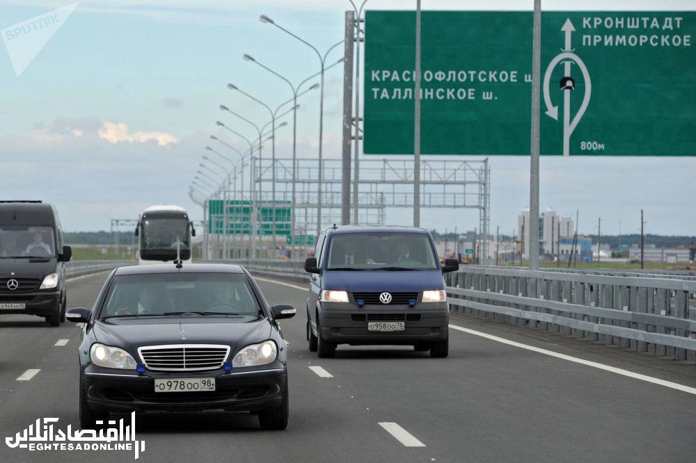 ولادیمیر پوتین، رئیس جمهور روسیه در حال رانندگی با خودروی Mercedes-Benz Pullman - 2011