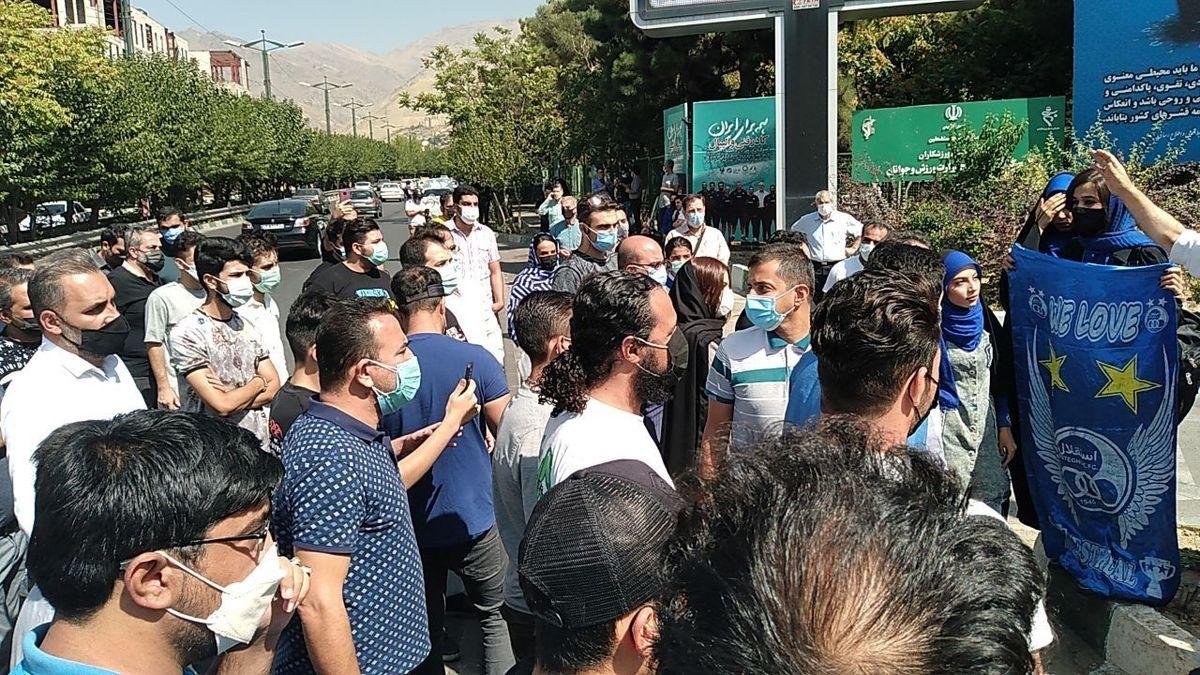 """تجمع هواداران استقلال مقابل وزارت ورزش / مددی """"فعلا"""" ماندگار است"""
