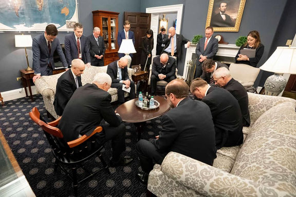 دعا در کاخ سفید برای دوری از کرونا! +عکس