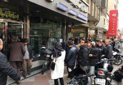 صرافیها تا اطلاع ثانوی ارز نمیگیرند/ صرافان