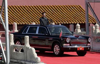 شی جین پینگ رئیس جمهور چین در خودرو خود در مراسم رژه