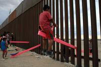 الاکلنگ بازی کودکان در میان دیوار مرزی مکزیک و آمریکا  +فیلم