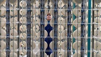 تصویری از نظارت یک کارگر زن بر دستگاههای نساجی +عکس