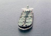 برخورد نفتکش با کشتی کوچک حمل سوخت +فیلم