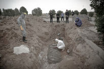 عکسهای دردناک از دفن قربانیان کرونا