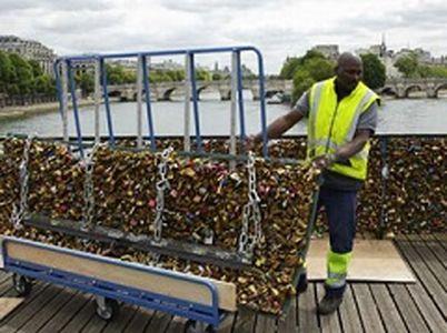 پاکسازی پل قفل عشاق در پاریس +عکس