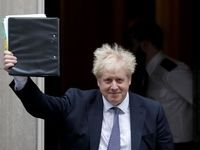 قیافه عجیب جانسون هنگام خروج از دفتر نخست وزیری