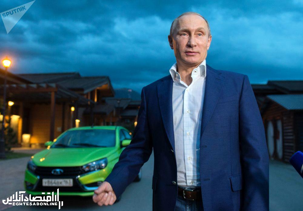 ولادیمیر پوتین، رئیس جمهور روسیه در کنار مدل جدید خودروی لادا (وستا) - سوچی