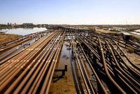 محصور میان نفت و زباله