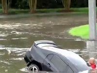 نجات راننده آمریکایی از داخل خودروی گرفتار در سیل +فیلم