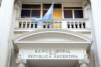 آرژانتین میزان مجاز خرید دلار را به شدت کاهش داد