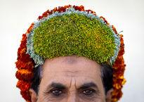 مردهای گل به سر در عربستان +تصاویر