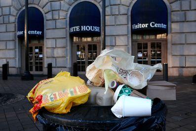 انباشته شدن زبالهها در اطراف کاخ سفید