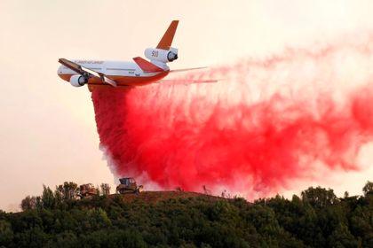 تلاش هواپیماها برای مهار آتش در کالیفرنیا +تصاویر