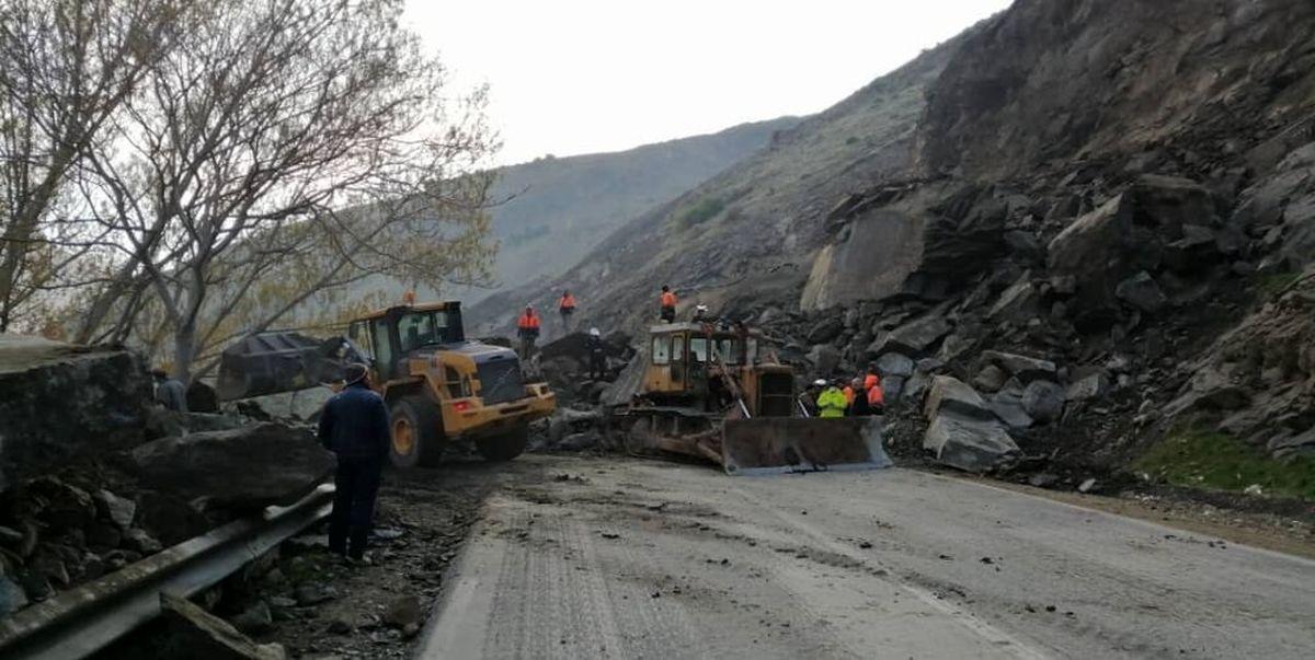رانش کوه موجب مسدود شدن یک لاین از محور سوادکوه شد