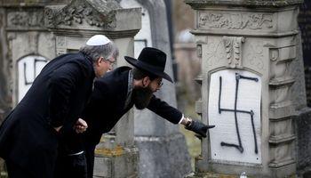 هجوم نازیها به قبرستان یهودیان در فرانسه +تصاویر