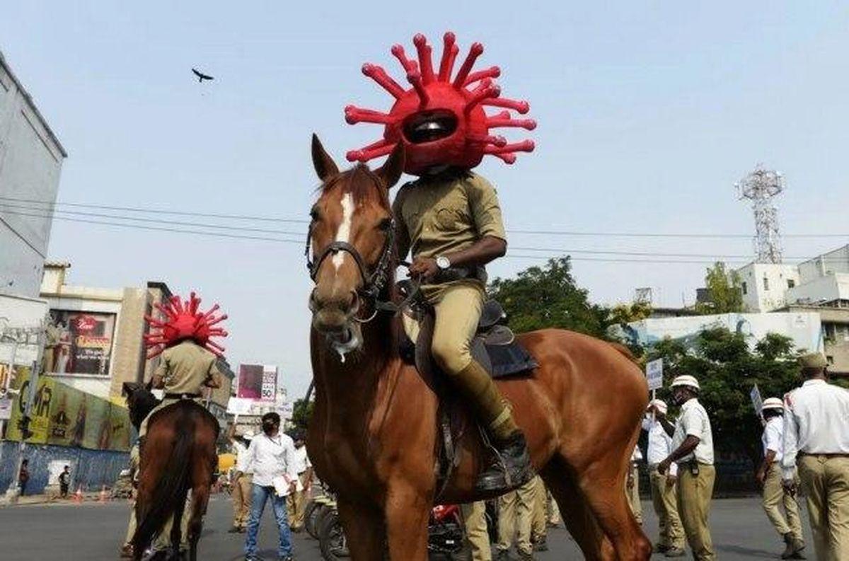 پلیس اسبسوار ویژه نظارت بر قرنطینه شهری در هند +عکس
