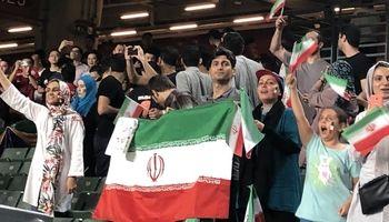 حضور هواداران اندک ایرانی در ورزشگاه هنگ کنگ +عکس