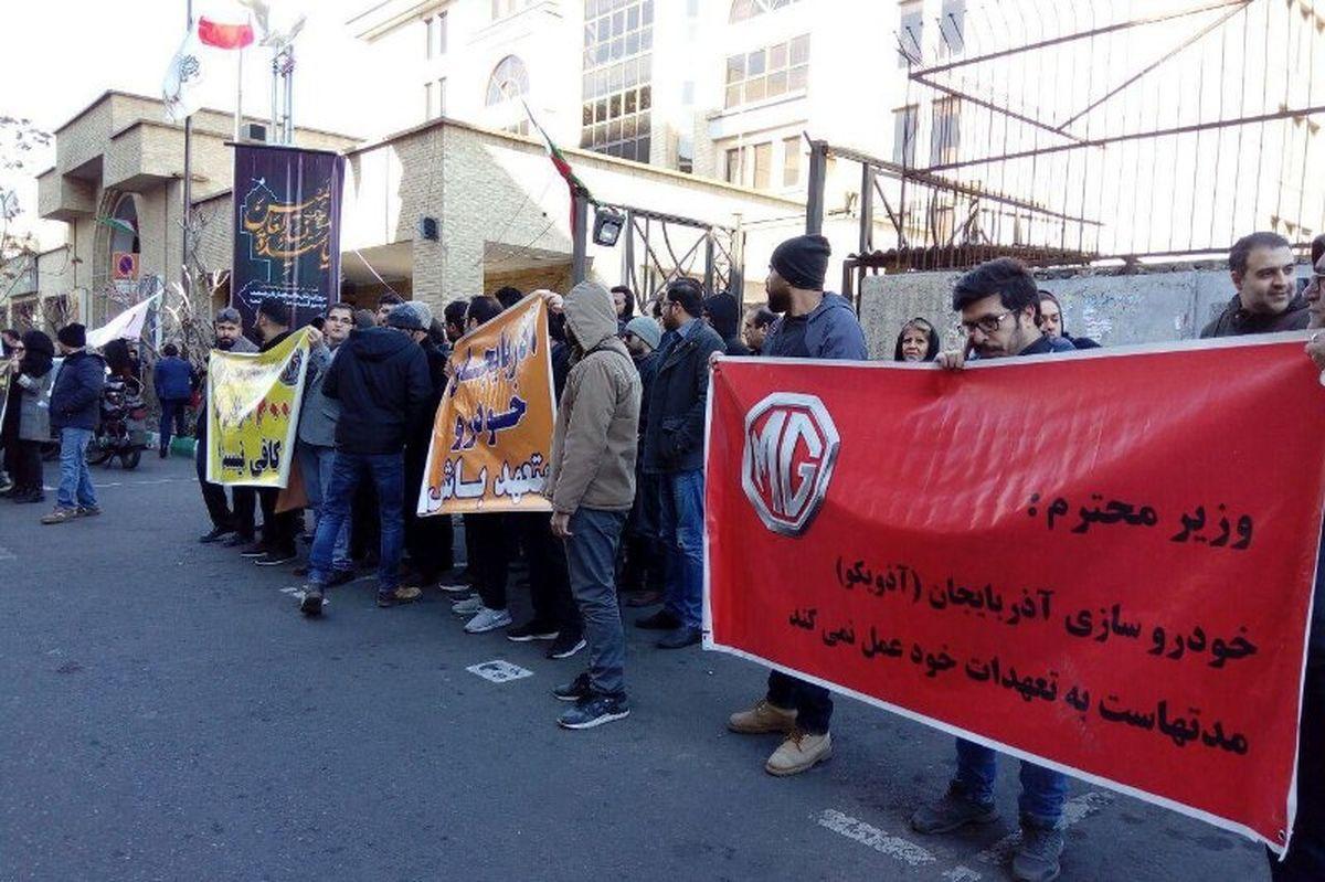 تجمع اعتراضی مشتریان خودروسازان مقابل وزارت صنعت +عکس