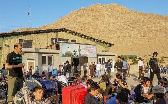 افغانستانیها برای ترک ایران صف کشیدند +عکس