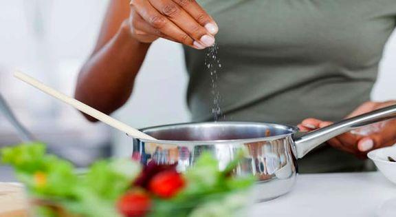 بیماران قلبی و عروقی در طول روز چند گرم نمک بخورند؟