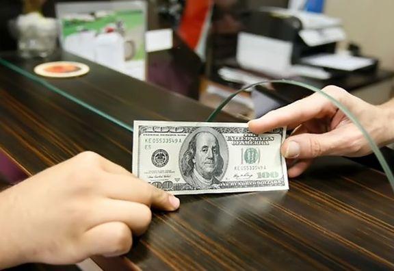 استقبال دارندگان ارز از سپردهگذاری ارزی/ بانک مرکزی چطور سپردهها را تضمین میکند؟