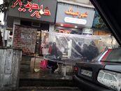 ابتکار دستفروشان ساروی برای فروش در زیر باران +تصاویر