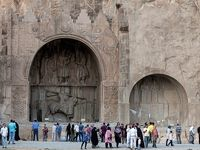 مسافران در محوطه تاریخی طاقبستان +تصاویر