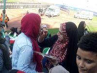 رنگ کردن صورت خانمهای هوادار تیم ملی در ورزشگاه آزادی +عکس