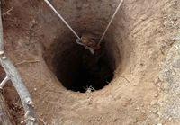 نجات پدر و نوزاد از چاه ۵ متری