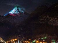 تصویر پرچم کشورها روی کوه برای همبستگی در دوران کرونا +عکس
