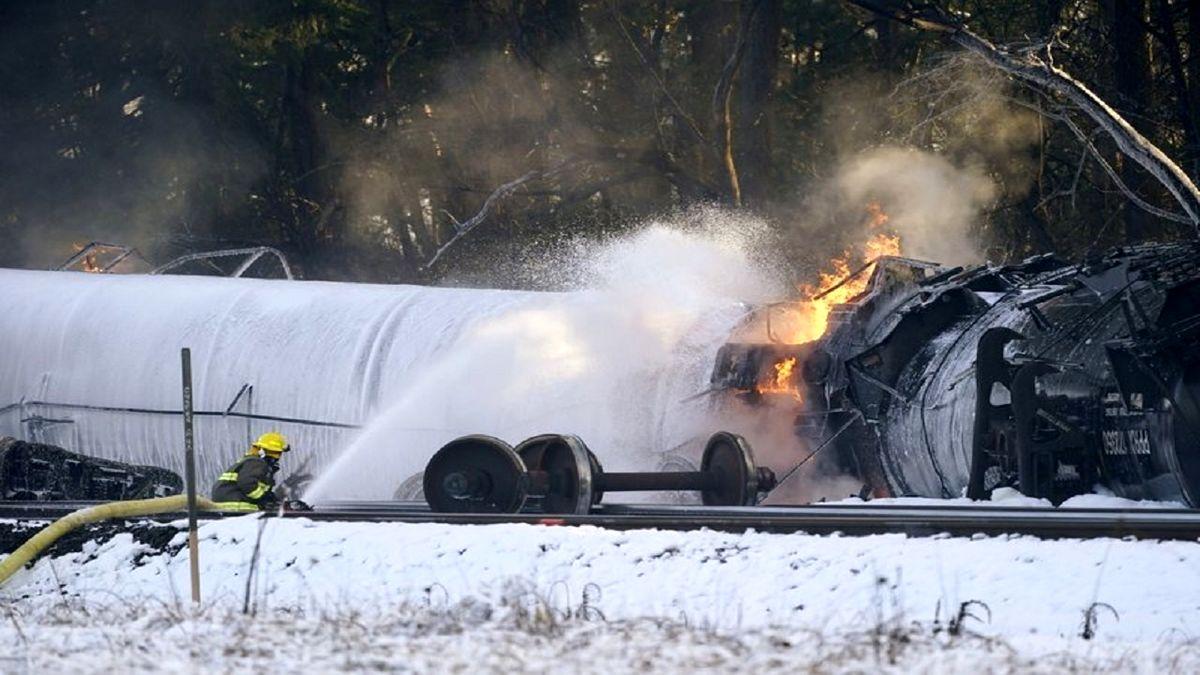 آتشسوزی گسترده در پی خروج قطار از ریل در آمریکا