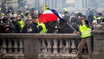 آتش فقط با استعفای ماکرون میخوابد/سیاهنمایی دولت فرانسه علیه جلیقه زردها