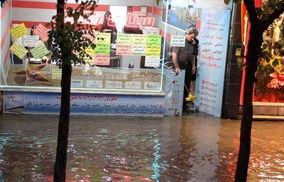 آبگرفتگی 20 مغازه در خیابان ولیعصر