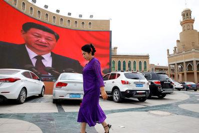 زنی در میدان شهری در کاشگار ، منطقه خودمختار اویگور چین