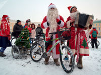 دوچرخه سواری بابانوئلها در سن پترزبورگ +تصاویر