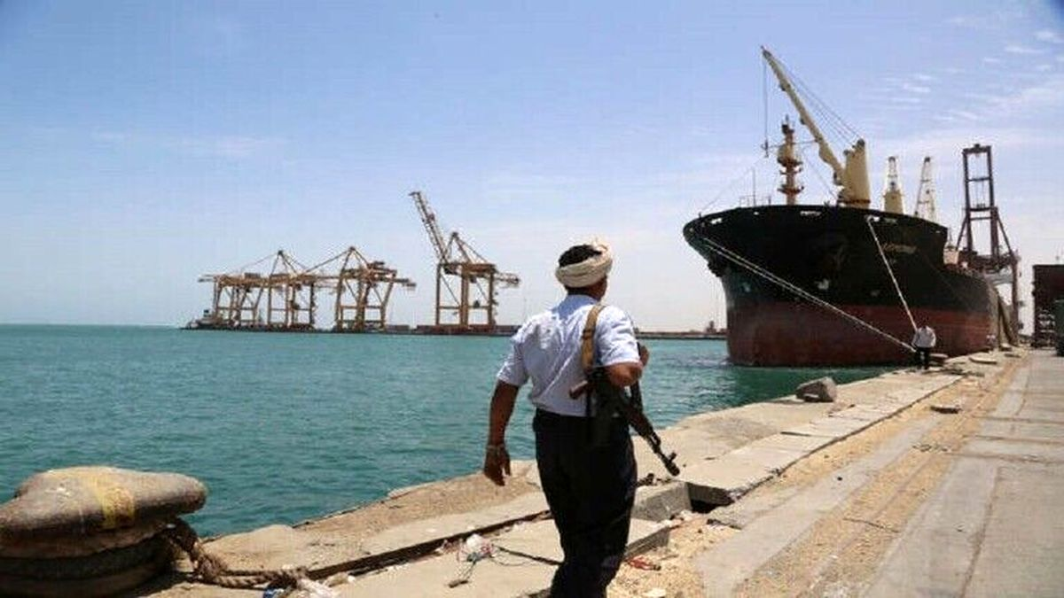 ورود کشتی حامل بنزین به بندر الحدیده یمن